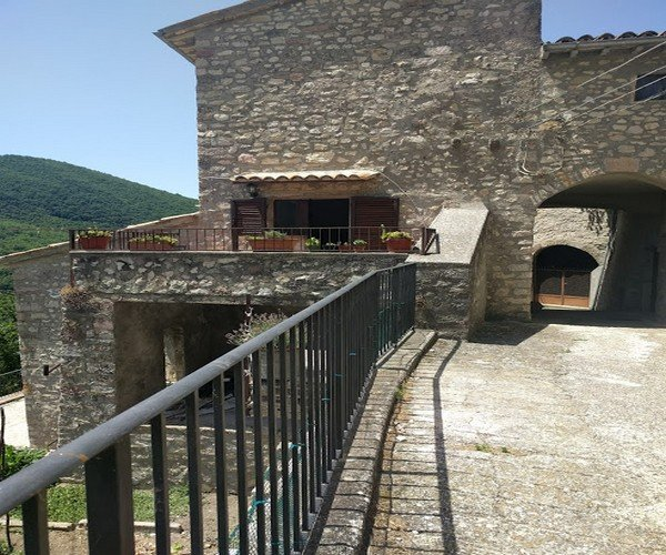Apt on Wall of 800 Year Old Medieval Hamlet includes Private Terrace with View, Ferienwohnung in Monteleone di Spoleto