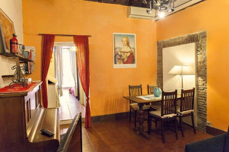 Wohnzimmer mit Kamin, Sofa-Bett, Esstisch, Klavier