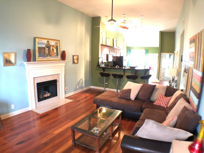 6 Beds in an Artist's Home 3 Miles to Downtown!, alquiler vacacional en Antioch