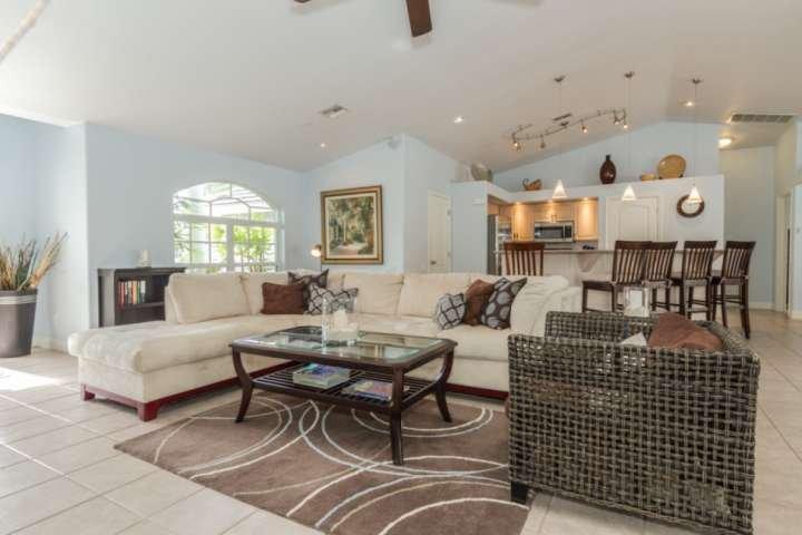 Esta muy bien decorada, concepto abierto, piscina de su casa en un canal de aguas profundas está listo para recibir a su familia a suroeste de la Florida!