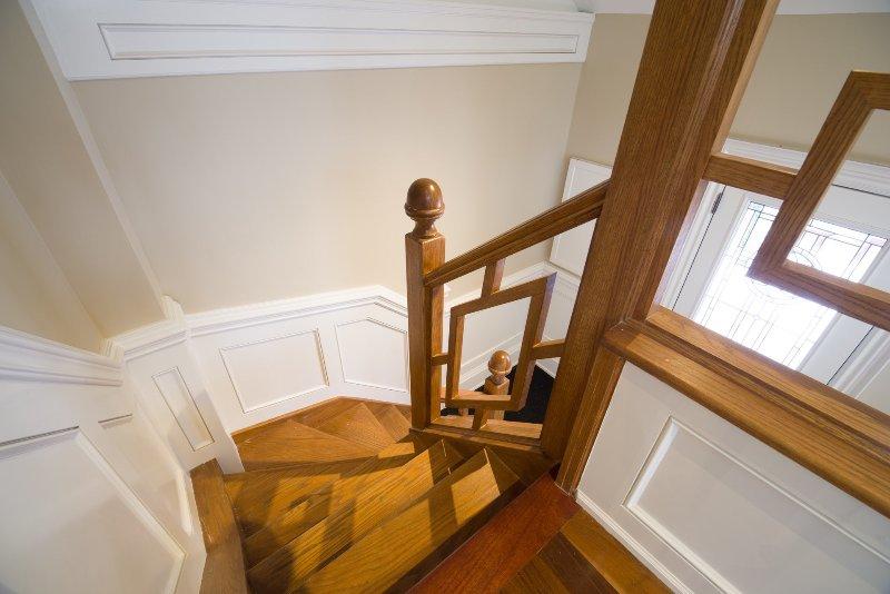 Les escaliers menant vers le bas de la chambre loft pour sortir.