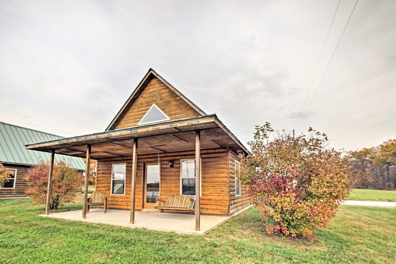 Cozy 1BR + Loft Columbia Cabin on 27-acre Lake!, holiday rental in Columbia