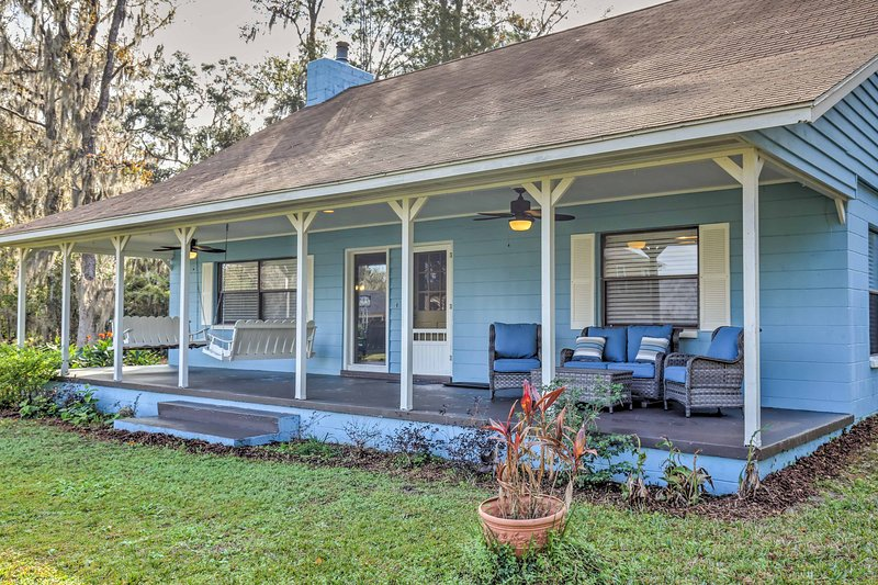 Gorgeous Waldo Home w/ New Dock on Santa Fe Lake!, holiday rental in Interlachen
