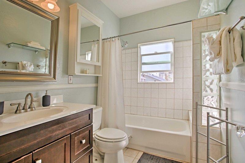 Das zweite Badezimmer beherbergt eine Dusche / Wanne-Combo und gespiegelte Eitelkeit.