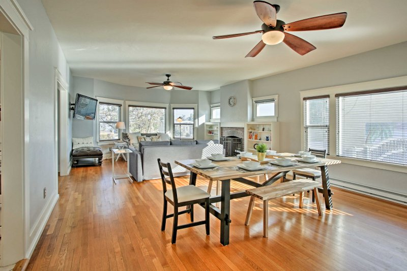 Ein expansives 8-Personen-Esstisch bietet ausreichend Platz zum Essen.