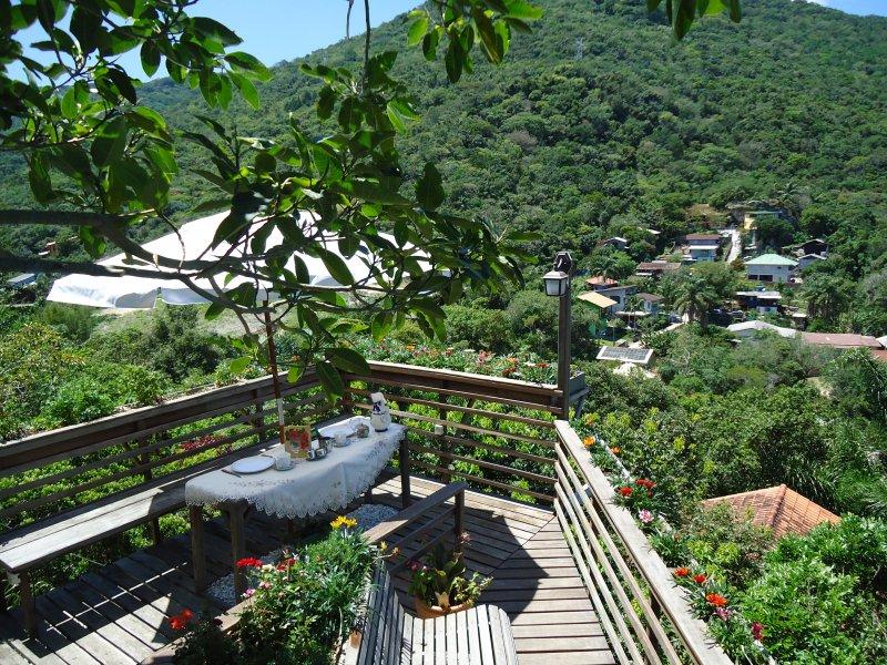 CASA NA MONTANHA COM VISTA PARA O OCEANO, holiday rental in Florianopolis