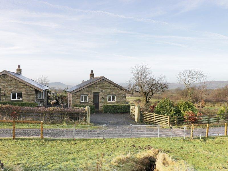 BRIDGE END, woodburner, open-plan, countryside views, Ref 971349, casa vacanza a Waddington