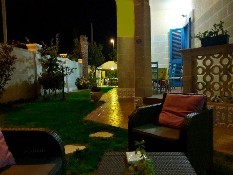 APPARTAMENTO 8 POSTI LETTO IN UNA VILLA A SOLI 100MT DAL MARE DI SABBIA, location de vacances à Casalabate