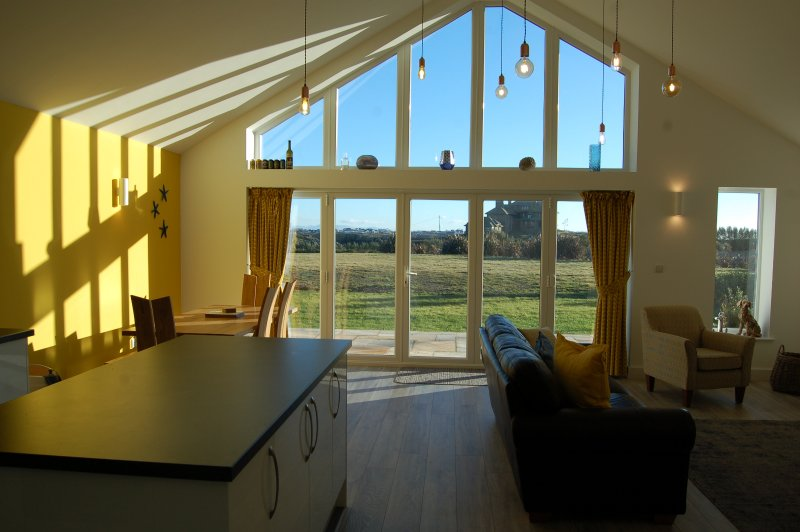 Beautiful, modern bungalow 5 mins walk from the stunning Bay of Trearddur, location de vacances à Trearddur Bay