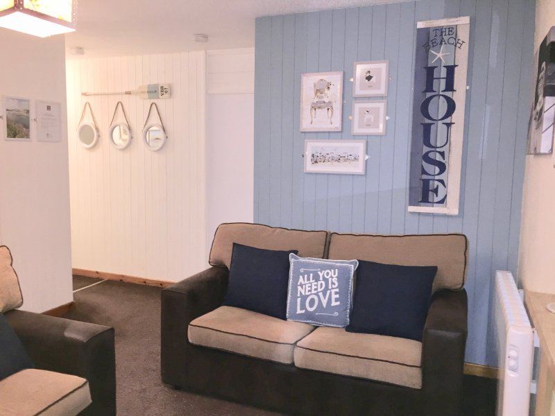 PERRANPORTH modern 3 bed  spacious bungalow -swimming pool, play area, tennis 60, holiday rental in Mithian