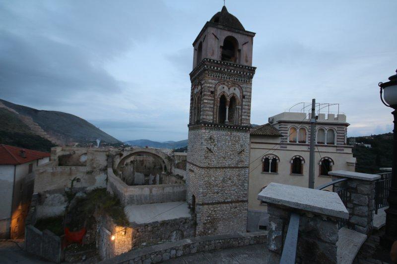 Sant Angelo BellsTower con la opinión de Gaeta lejos