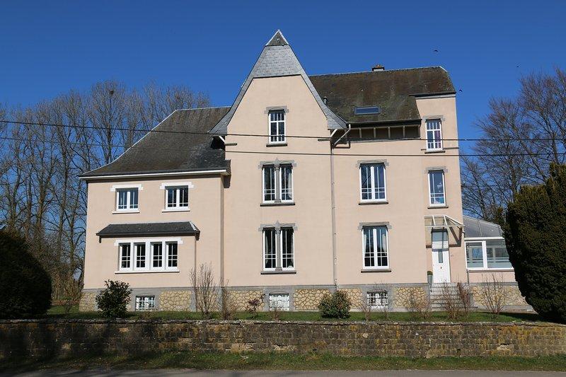 LE MANOIR DE LA RULETTE - 20 personnes, 9 chambres, 5 salles de bain, Jacuzzi, location de vacances à Florenville