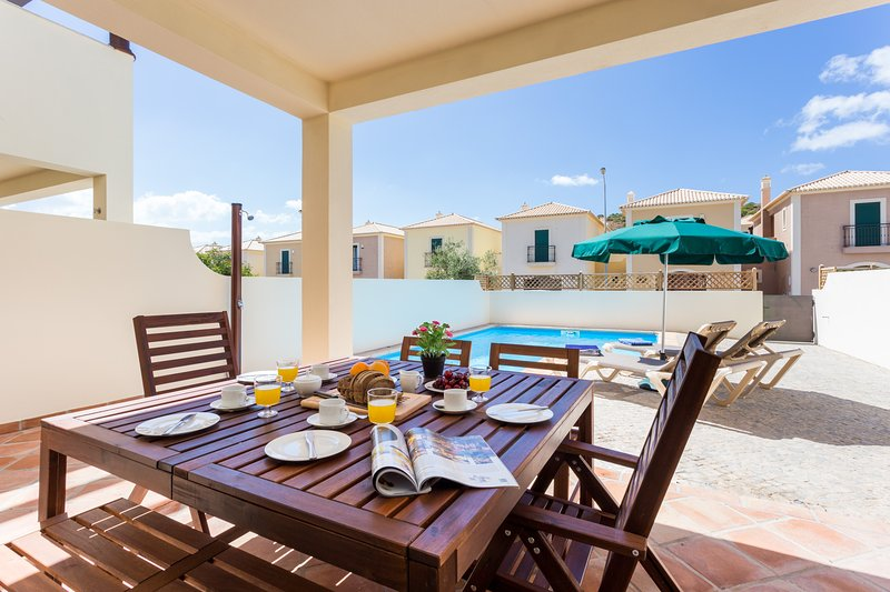 Burgau Casa 33. In Burgau, private pool and walk to the beach., casa vacanza a Barao de Sao Miguel