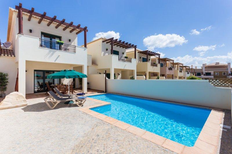 Sol, piscina privada, a pé da Praia de Bandeira Azul e restaurantes!