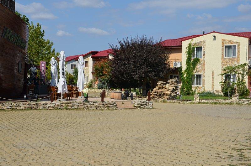 vista strada principale della località e la villa.