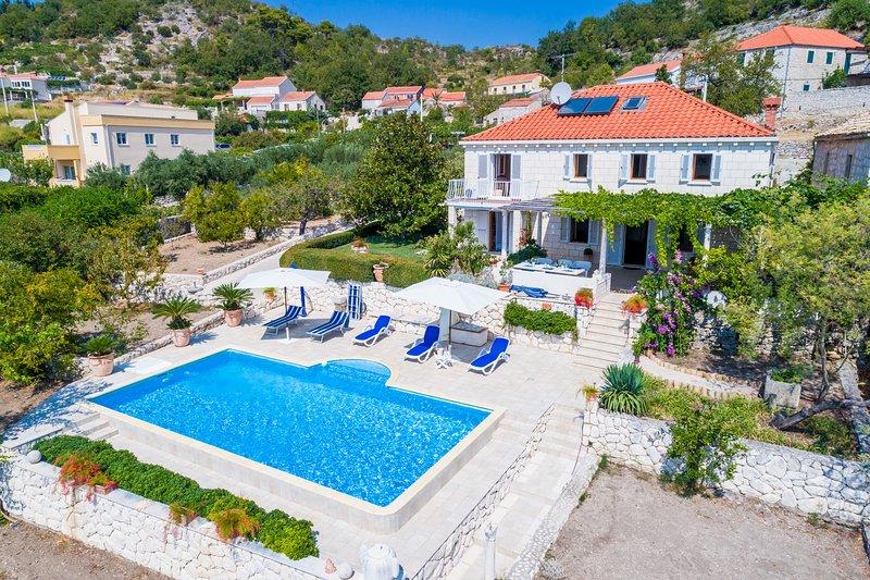 Mediterranean villa with swimming pool, holiday rental in Orasac