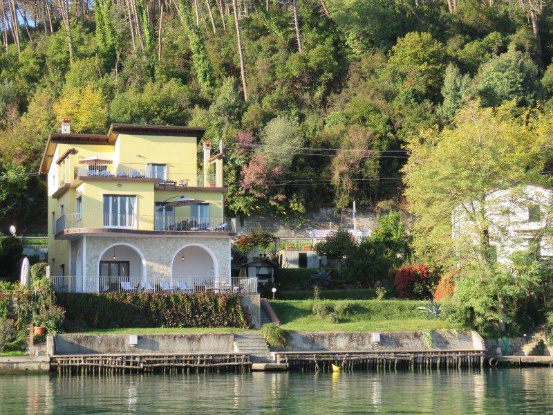 A casa vista do rio com seus três apartamentos