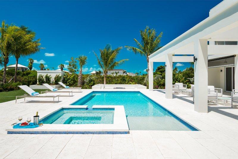 Brand new nearly beachfront 4 bedroom villa, alquiler de vacaciones en Leeward