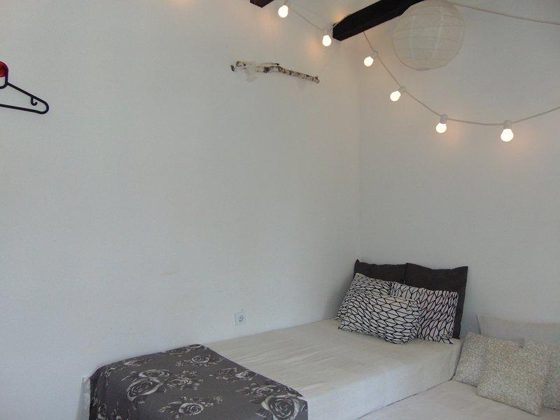 Un sofá-cama en el dormitorio para niños