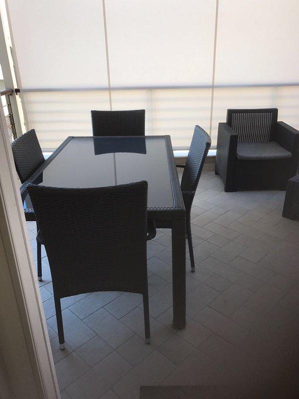 mesa fuera y fuera de asientos