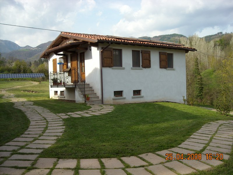 AP - Nice apartment in the green near to the pool, holiday rental in Castiglione di Garfagnana
