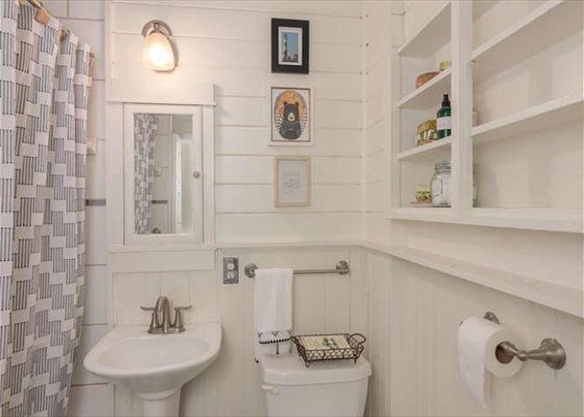 Salle de bain complète.