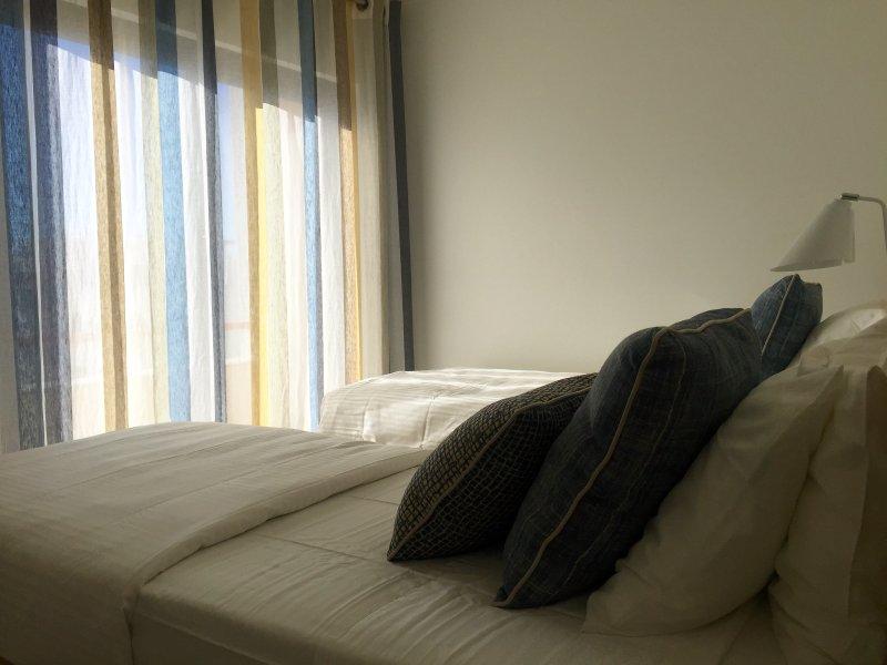 Chambre à coucher n ° 1 avec un petit balcon