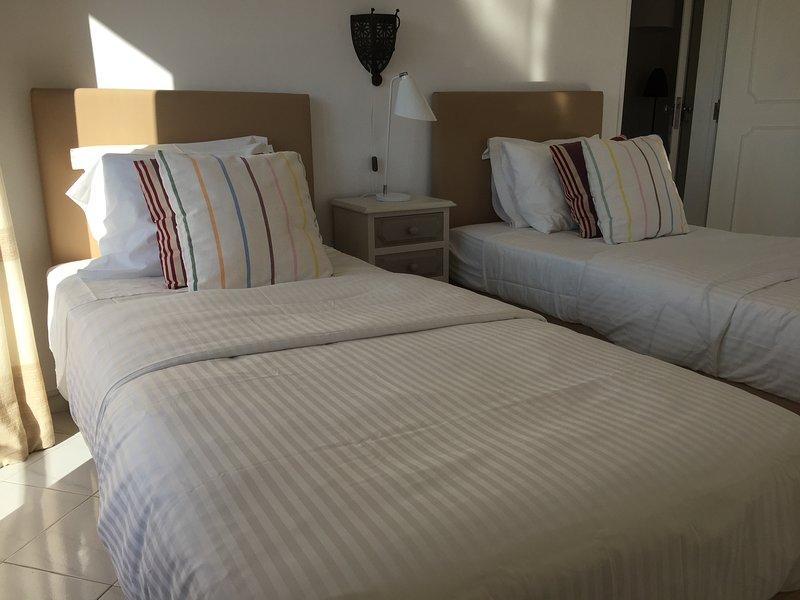 Chambre à coucher n ° 2 avec un petit balcon et accès direct à la terrasse