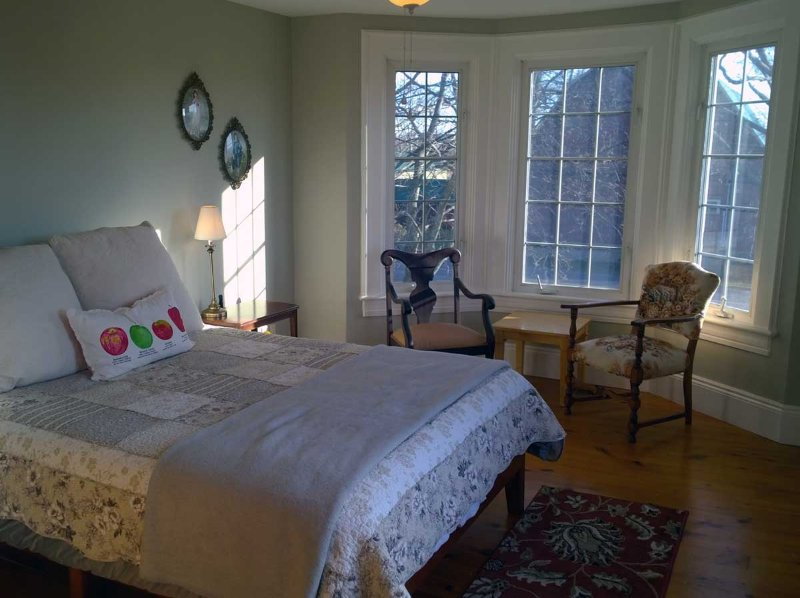 Sunset Queen Bedroom at Baileys Run B&B, holiday rental in Waupoos