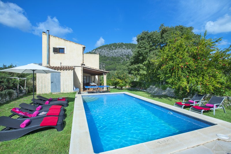 Rustic Villa Aina Next to the Old Town Chalet in Puerto Pollensa