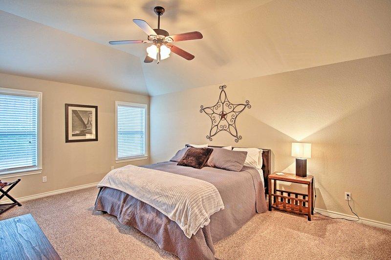 1 dormitorio cuenta con una cama acogedora.