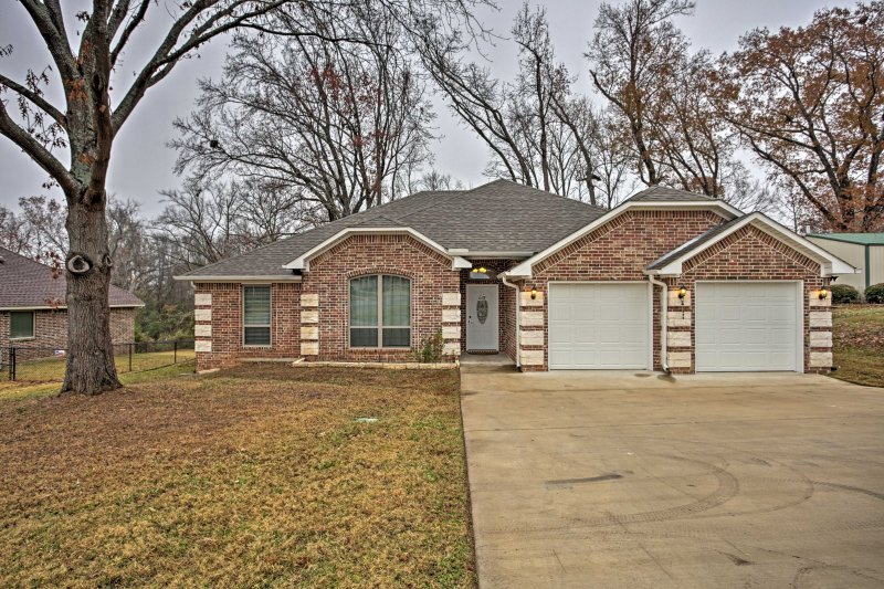 Discover your home-away-from-home in Lindale!