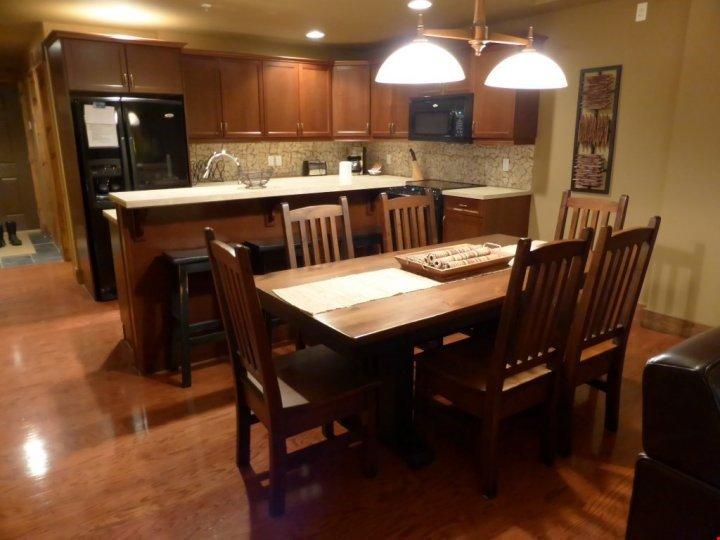 La mesa del comedor tiene capacidad para 6 personas cómodamente.