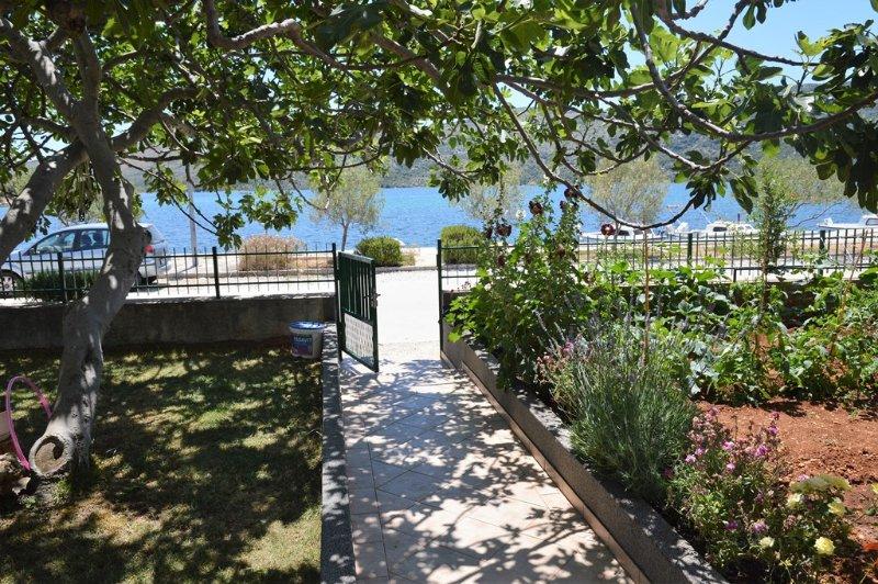 Directly on sea,terrace with view,2 bedrooms,free parking, aluguéis de temporada em Marina