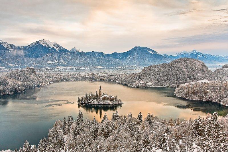 Il lago di Bled dal punto di vista Ojstrica in inverno.