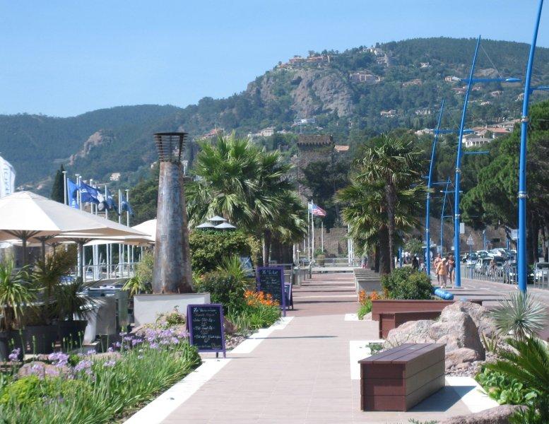 El paseo marítimo de La Napoule y muchos restaurantes.