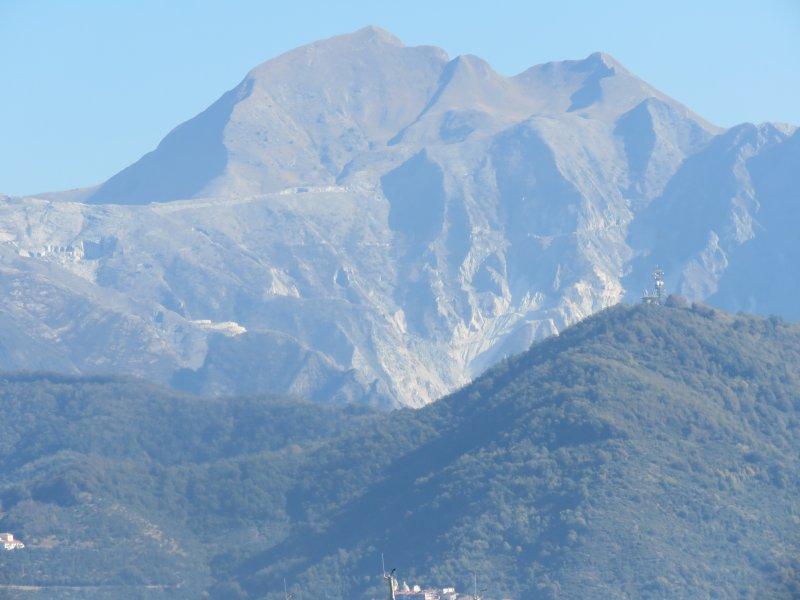 Os Alpes Apuanos com o Monte Sagro