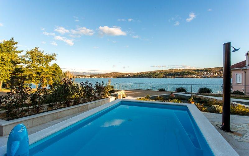 Seafront Villa Ema with Seaview, swimming pool, garage, BBQ, playroom, casa vacanza a Cizici