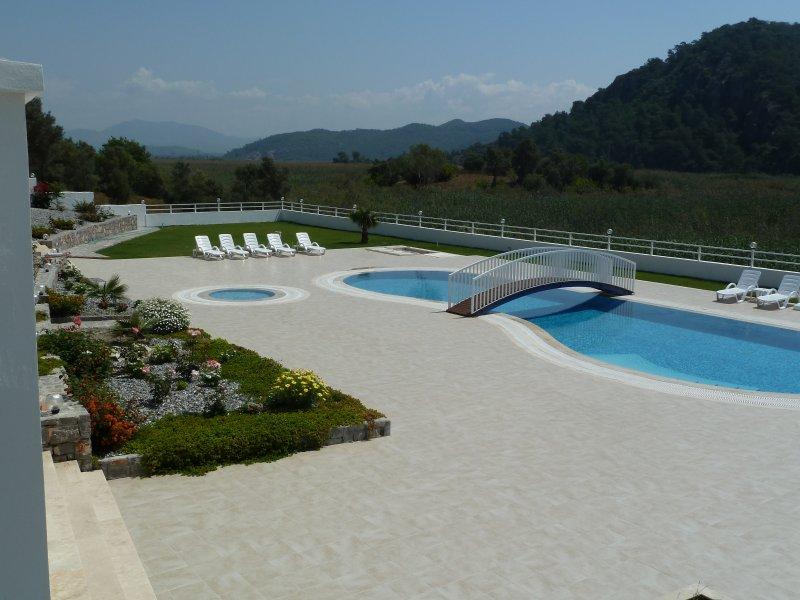 Spacious, 4 Bedroom, 3 Bathroom Villa Apartment with Pool Near Beach, holiday rental in Sarigerme