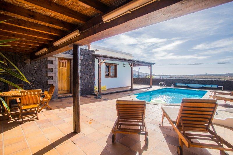 A2 casas y villas juan y juani lanzarote piscina internet y mucha tranquilidad, holiday rental in Tiagua
