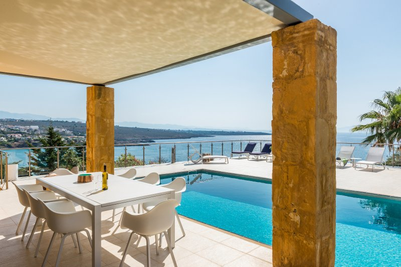 Villa Anton with private swimming pool and amazing sea view, location de vacances à Chorafakia