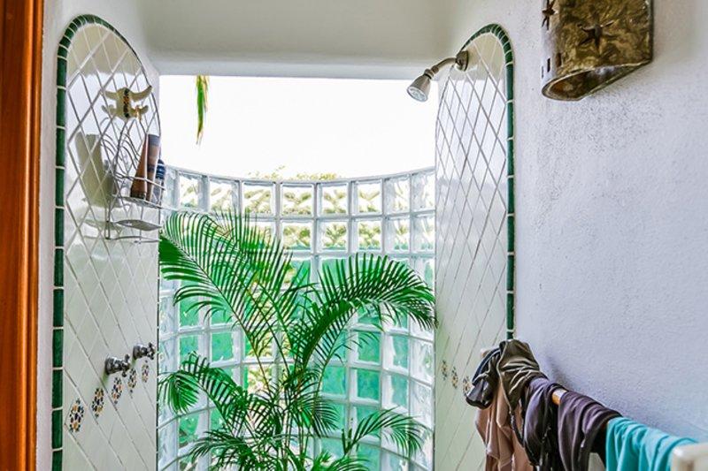 Salle de bains douche au niveau inférieur de Casa Loma