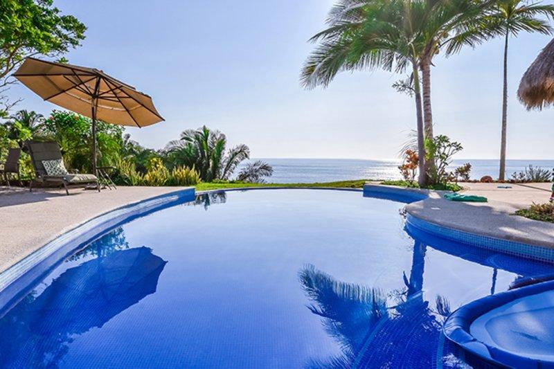 Infinity vue sur la piscine à l'océan