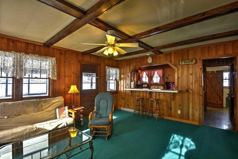 Ce chalet confortable offre plus de 100 pieds de façade sur le lac, vue sur les collines et tout le confort de la maison.