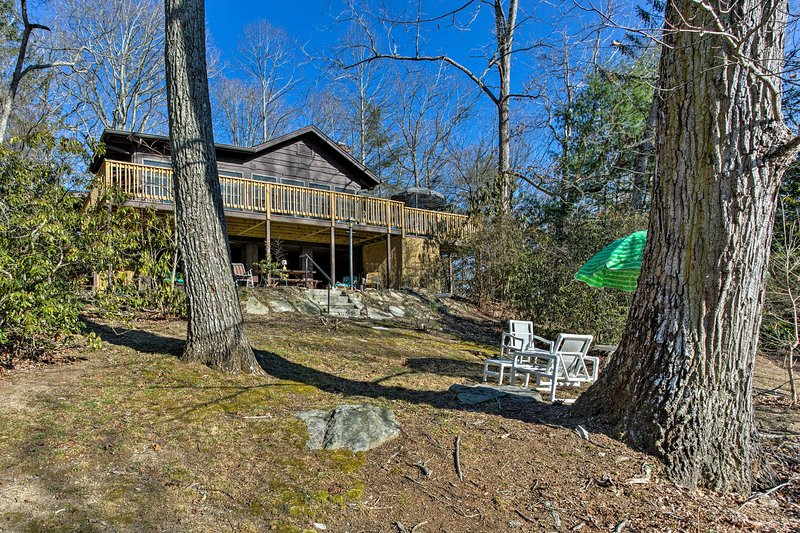 Hendersonville Cabin w/ Deck - Near Asheville!, holiday rental in Laurel Park