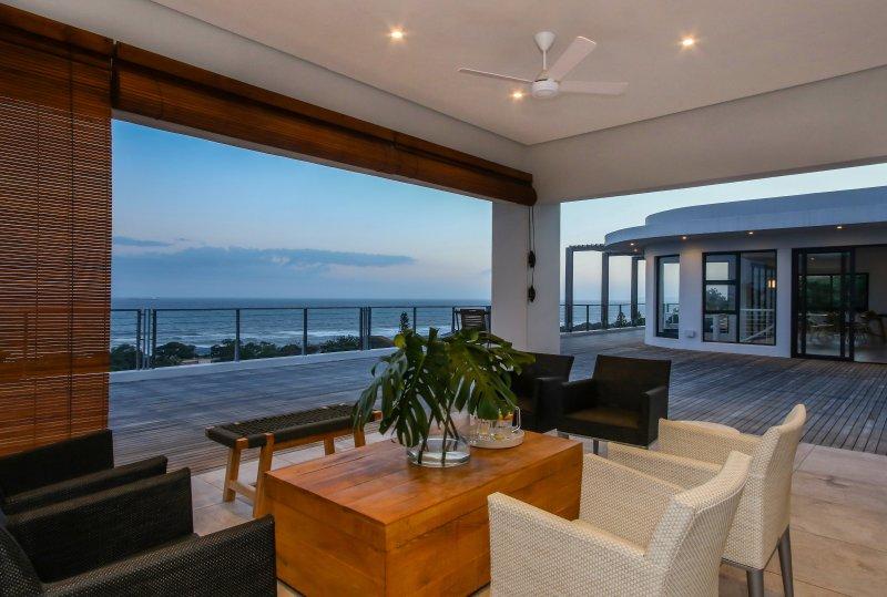 salón al aire libre en la cubierta superior con vistas panorámicas del Océano Índico