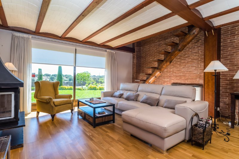 Mont-ras Villa Sleeps 10 with Pool Air Con and WiFi - 5512106, location de vacances à Vall-Llobrega