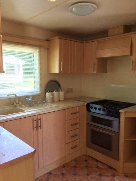 La cuisine est équipée d'une cuisinière à gaz, fidge-congélateur, microvave, bouilloire et grille-pain