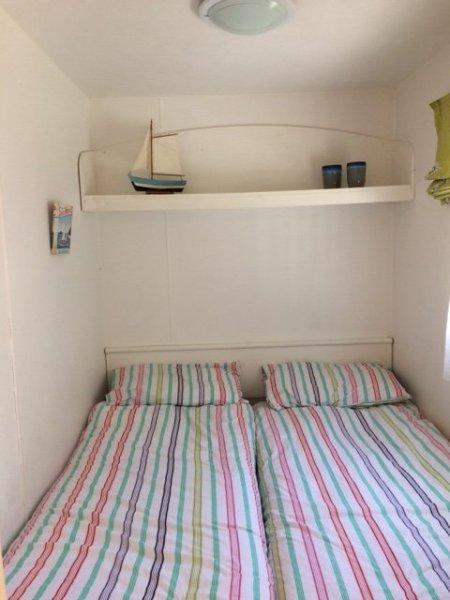 C'est la chambre double, et oui, il y a un espace entre les lits! Il y a aussi une armoire encastrée