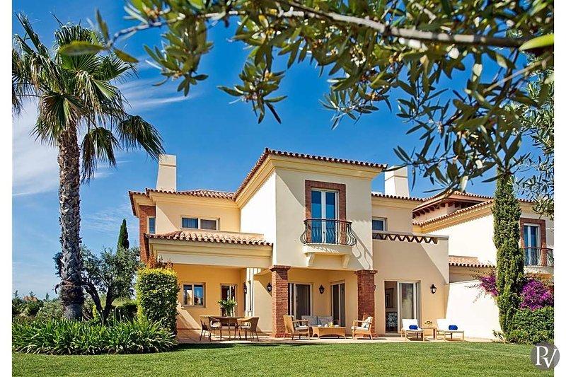 Pocinho Villa Sleeps 6 with Pool - 5502841, holiday rental in Ribeira da Gafa